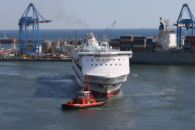 2010 - F/B SPLENDID maneuvering in Genova, helped by tug