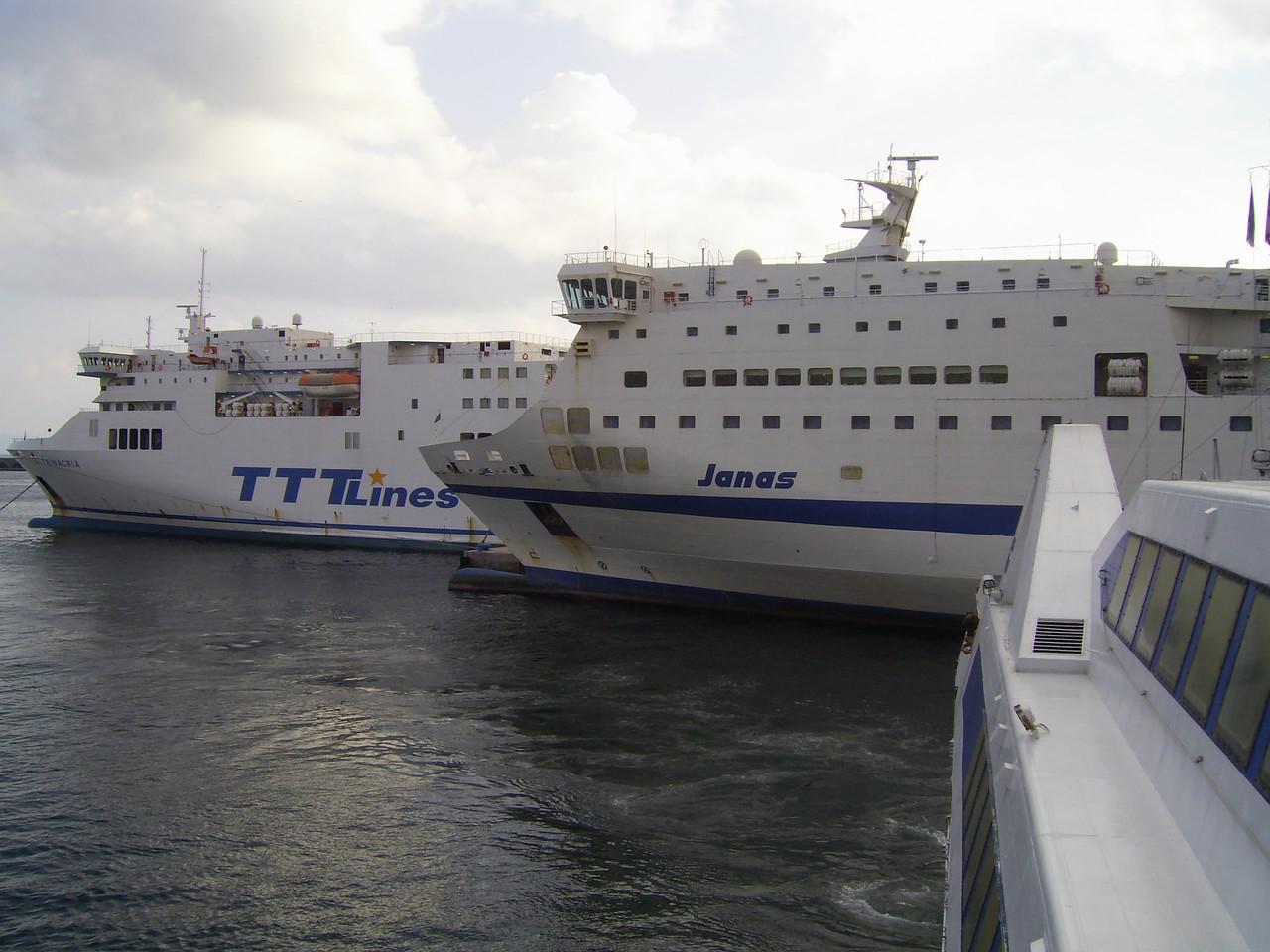2010 - F/B JANAS and TRINACRIA in Napoli, seen from the bridge of HSC ISOLA DI CAPRI.