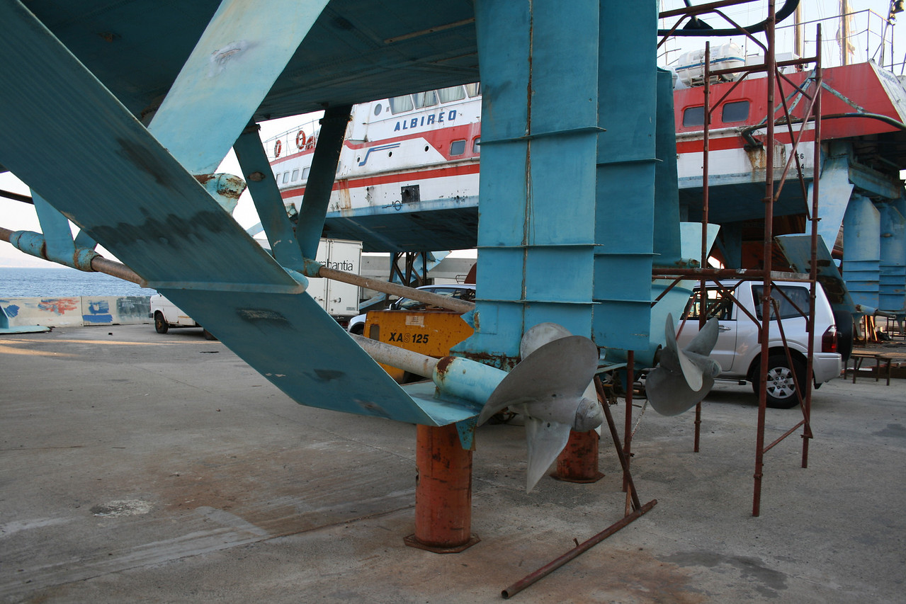 Hydrofoil ALGOL laid up and hauled in Messina : propellers.