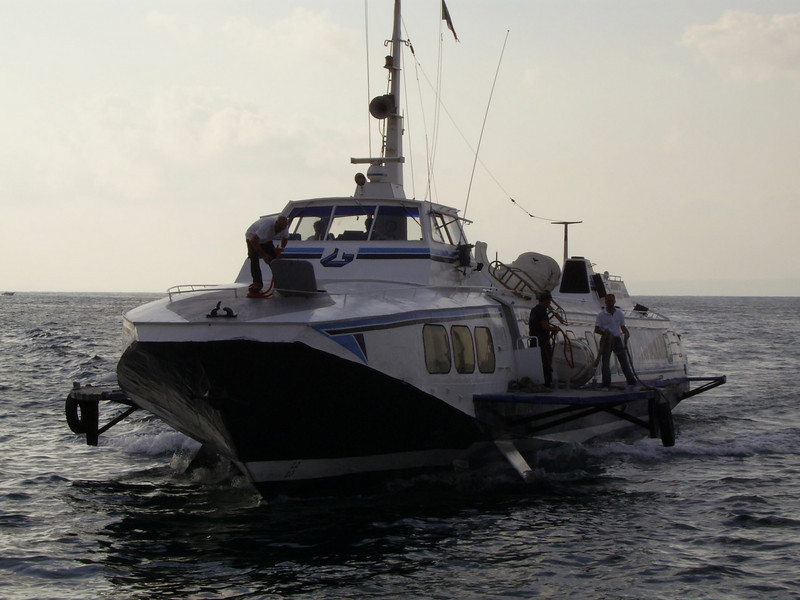 Hydrofoil ALIEOLO arriving to Sorrento.