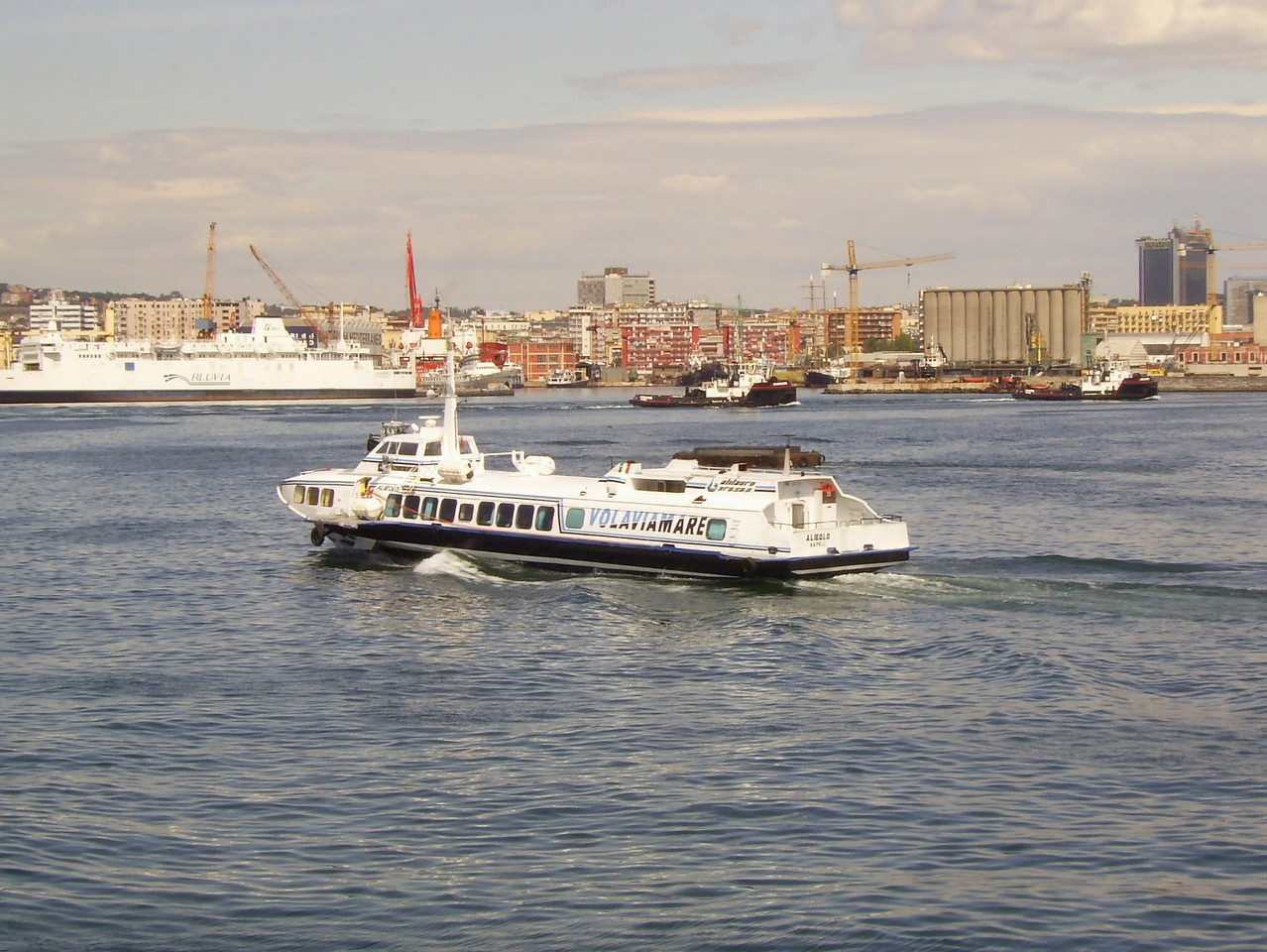 Hydrofoil ALIEOLO arriving to Napoli.