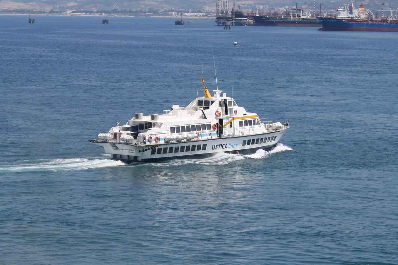 Hydrofoil ALIJUMBO EOLIE leaving Milazzo to Eolian islands.