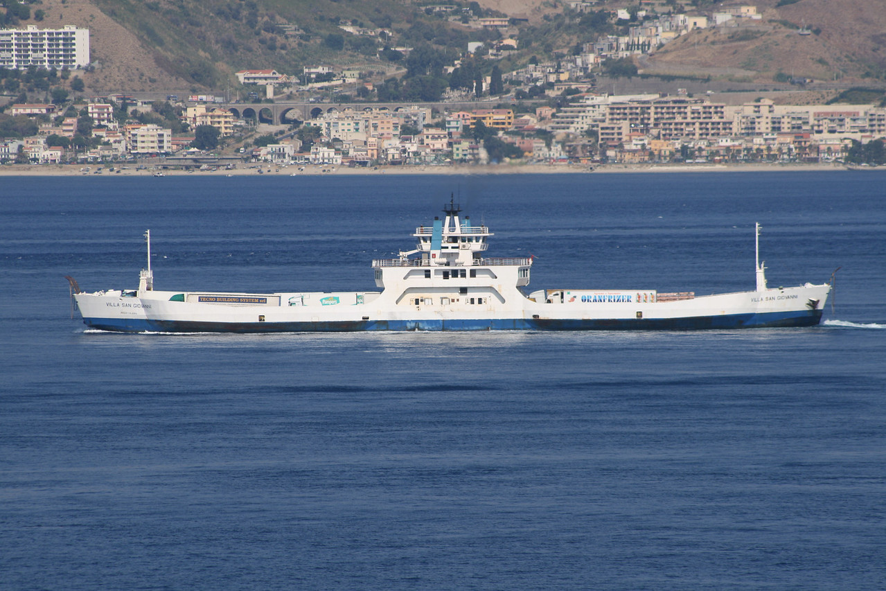 2009 - Double-ended F/B VILLA SAN GIOVANNI sailing from Villa San Giovanni to Messina.