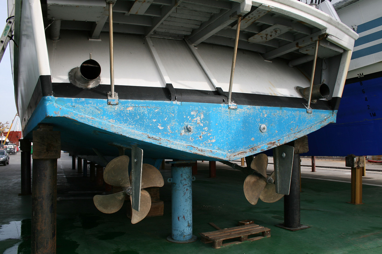 URAGANO 90 winter laid up in dry : propellers.
