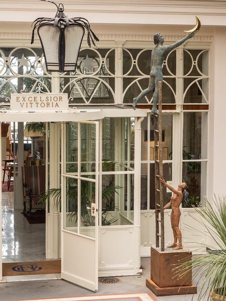 Acrobat / Hotel Excelsior Vittoria