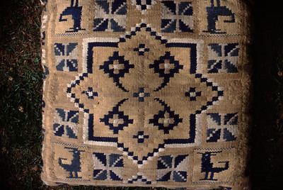 Double interlocked tapestries – rölakan. Double-cross in eight-pointed medallion (front of cushion). | Collection: Bjärnum Farmstead museum, Sweden.