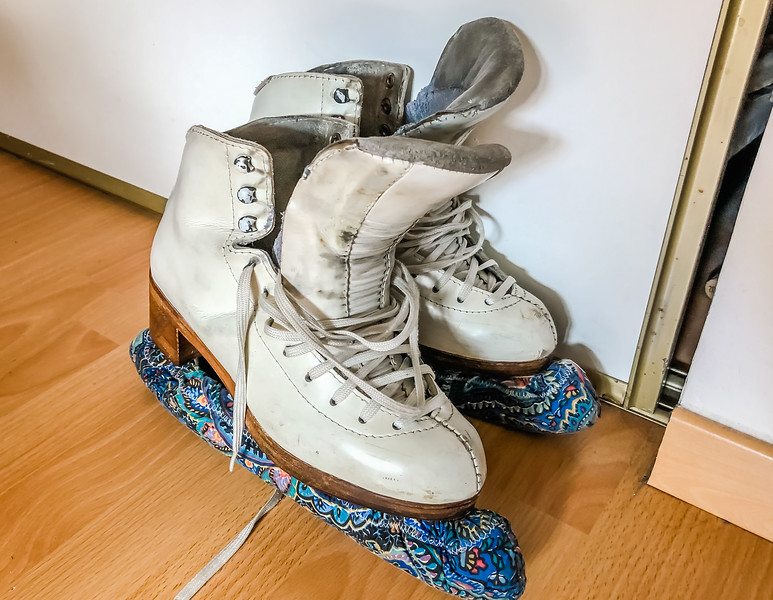 Opening and drying ice skates