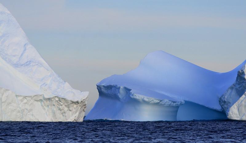 Παγόβουνα ανάμεσα στα προφυλαγμένα νερά των καναλιών Ikasak και Íkáteq.<br /> Τα παγόβουνα είναι άσπρα λόγω των φυσαλίδων αέρα που παγιδεύουν μέσα τους. Σε κάποιες περιπτώσεις διαφορετικοί χρωματισμοί προκαλούνται από ποικίλα φυσικά φαινόμενα.