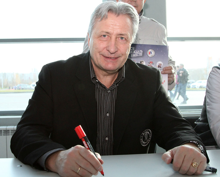 Легендарный хоккеист Александр Якушев, принял участие в открытии нового сезона Ночной хоккейной лиги в Челябинске