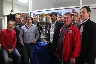 Нападающий магнитогорского Металлурга Данис Зарипов, ставший чемпионом России в этом году, привёз Кубок Гагарина в челябинский офис Ночной хоккейной лиги.