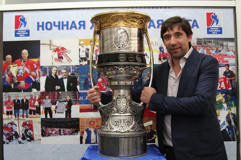 Нападающий магнитогорского Металлурга Данис Зарипов, выигравший Кубок Гагарина в этом году, рассказал в интервью 74hockey.ru о том, как он проводит время в Челябинске с главным трофеем Континентальной хоккейной лиги.