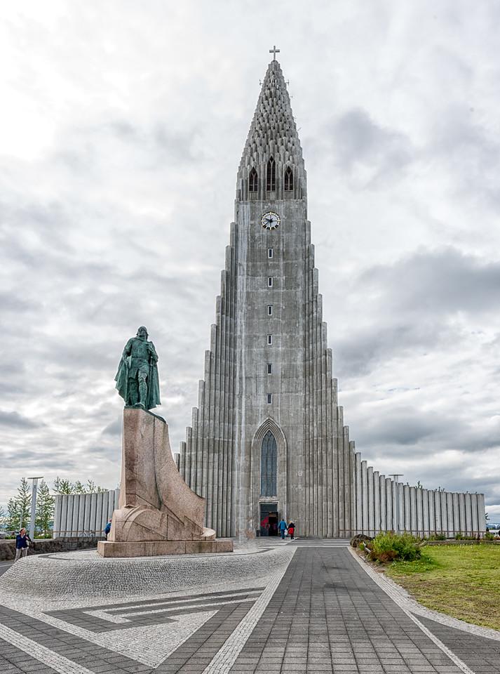 Hallgrimskirkja church with Leifur Eiriksson