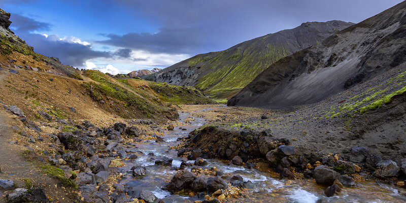 Hiking through Grænagil canyon at Landmannalaugar (2)