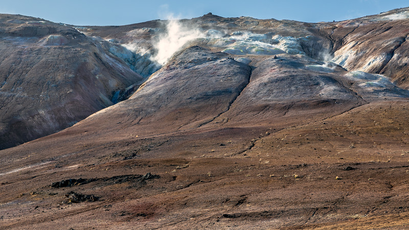 The side of the Námafjall : a rhyolitic hyaloclastite ridge with a geothermal high-temperature area (part of the Krafla volcanic system, east of Mývatn)