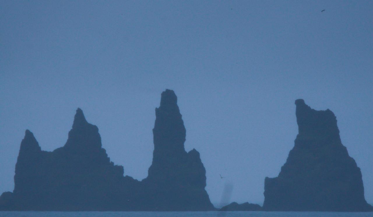 Αφήνοντας πίσω τον καταρράκτη Skógafoss, κινούμαστε παράλληλα προς την ακτή. Εντυπωσιακοί ηφαιστειογενείς σχηματισμοί (στην photo: η κορυφή ενός ηφαιστείου που καταποντίστηκε στη θάλασσα) ξεπροβάλλουν εντυπωσιακά μέσα από την παγωμένη θάλασσα.