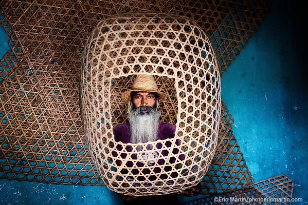 ILE MAURICE. VILLAGE DE POUDRE D OR. Ramesh, l un des dernier tisseur de casiers en bambous pour les pecheurs.