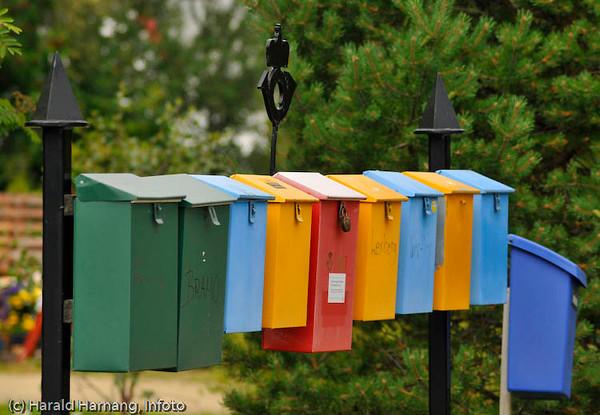 Fargeglade postkasser på Tranøy på Hamarøy
