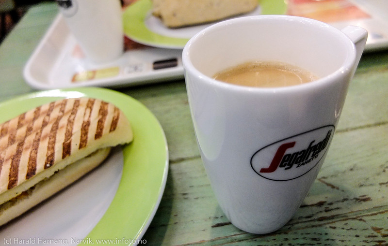 En kopp kaffe og en baguett.
