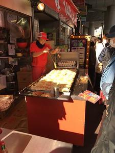 Impressive egg hurling from this street vendor in Osaka