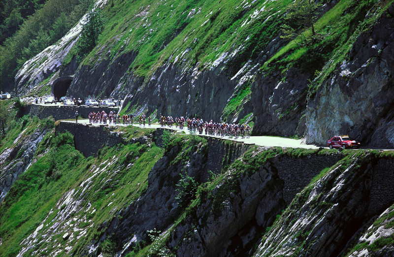 THE 1995 TOUR DE FRANCE CLIMBS THE COL D'AUBISQUE