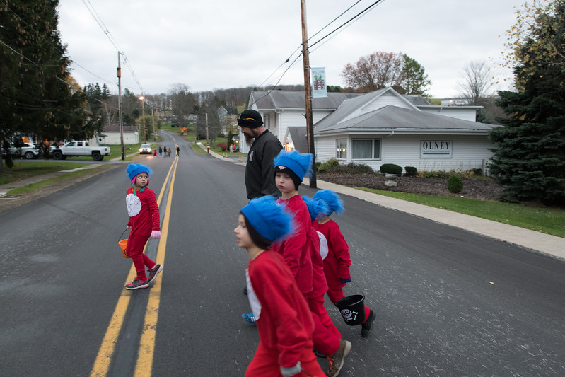 "10/31/2017. PA. USA. Dan reacts to his oldest daughter Alayrya getting ahead of the group while trick or treating on Halloween. With the exception of the newborn, all eight children were dressed as the ""Thing"" twins (1 though 8) from Dr. Seuss."