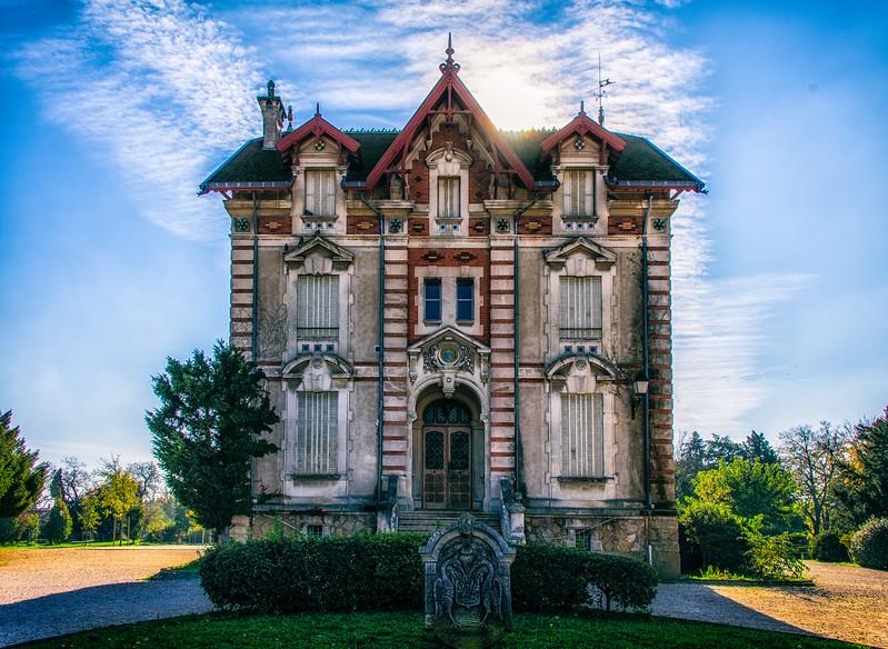 A building in the park at L'Isle sur La Sorgue