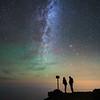 Senderistas bajo la Vía Láctea