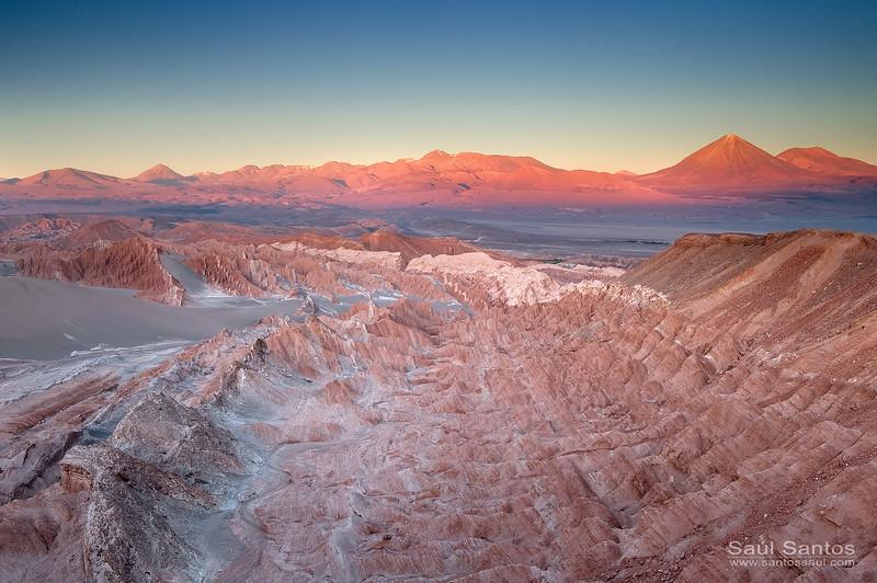 Valle de La Muerte, San Pedro de Atacama con el Volcán Licancabur al fondo, Chile