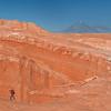 Trekking en el Desierto de Atacama con el Volcán Licancabur al fondo, Chile.