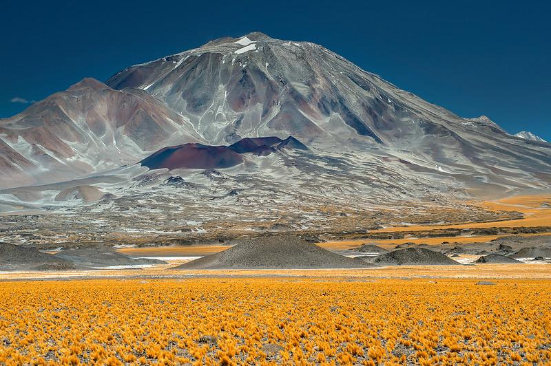Volcán Incahuasi 6.621m. Dividi la frontera entre Argentina y Chile.