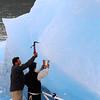Cogiendo hielo de un Tempano, Lago Argentino, Parque Nacional de Los Glaciares, Patagonia Argentina.
