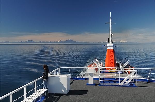 Navegacion por los canales frente los volcanes de la cordillera de Los Andes y la isla de Chiloe.  Patagonia Chilena