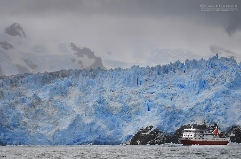 Skorpios III frente al Glaciar Amalia, Patagonia Chilena