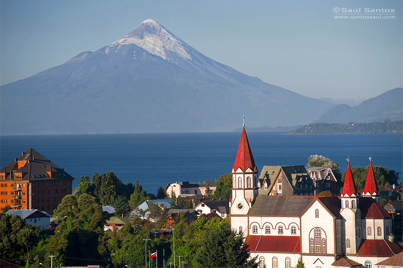 Ciudad de Puerto Varas, Lago Llanquihue, Volcan Osorno al Fondo,Patagonia Chilena
