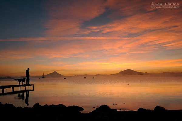 Amanecer desde la Ciudad de Puerto Varas, Lago Llanquihue, Volcan Osorno y  Calbuco  al Fondo, Patagonia Chilena