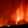 Una persona situada enfrente del cono principal del volcán durante las primeras horas de erupción