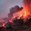 Nube de ceniza sobre las múltiples coladas de lava pocas horas después del inicio de la erupción.