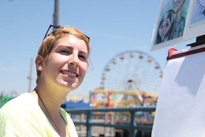 "Casey is a caricature artist on the Santa Monica Pier. My last question to her was: ""Is there something else you'd like to say?"" She said: ""Keep following your dreams!.""  ケーシーは、サンタ モニカ ピアの似顔絵アーティスト。 彼女に尋ねてみた。  「何か言いたいことある?」 「夢を追い続けて!」"