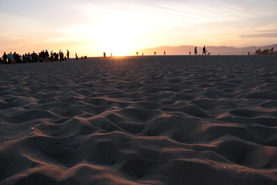 Venice Beach@sunset. A refreshing, gentle breeze, people's laughs, the setting sun. The harmonious blend of nature and people. I love this place and especially at this time of day.  夕暮れのヴェニス・ビーチ。 爽やかな優しい風、人々の笑い声、沈む太陽。 自然と人間の調和が織りなすハーモニー。 この場所で、この時間帯が一番好きだ。