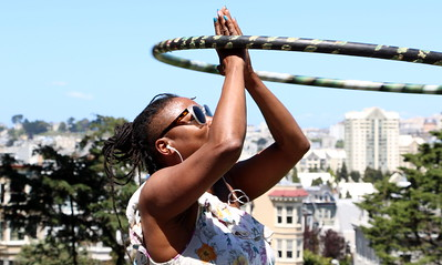 "I met Grace at Alamo Square. I asked her:  ""What are you interested in?"" ""Art, dance and dogs.""  ""What's your hobby?"" ""Hooping""  アラモ・スクエアで出会ったグレース。彼女に尋ねてみた。  「何に興味がある?」 「芸術、ダンス、犬」  「趣味は何?」 「フラフープ」"