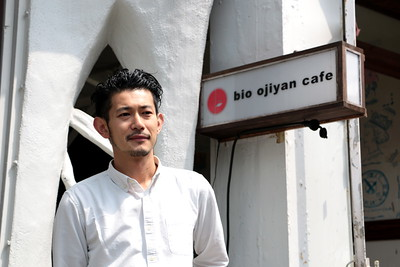 "Ryo of the bio ojiyan cafe in Harajuku. I asked him:  ""What are you interested in?"" ""Coffee""  ""What's your hobby?"" ""Coffee""  ""What makes you happy?"" ""Coffee & booze""  原宿にある「bio ojiyan cafe」の僚さん。 彼に尋ねてみた。  「何に興味がある?」「珈琲」  「趣味は?」「珈琲」  「何が僚さんを喜ばせる?」「珈琲&酒」"