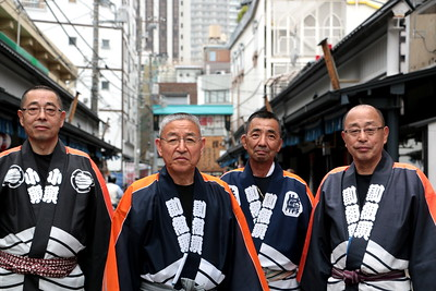 This is near Hanayashiki Amusement Park. Each of their faces shows what they've experienced in life. I felt such depth at the moment I met them.  浅草花やしき近く。 4人の顔に刻まれるそれぞれの人生。 深みのある人生に触れた瞬間だった。