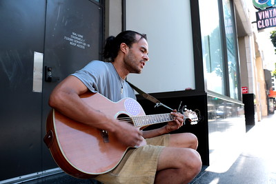 "Aaron is a street musician on Hollywood Blvd. I asked him. ""Is there something else you'd like to say?"" ""Happiness is a choice and when you make it, no one can take it away.""   アーロンは、ハリウッドのストリートミュージシャン。 彼に尋ねてみた。 「何か言いたいことある?」 「幸せになるかどうかは、自分次第。そう決めたら、誰もそれを奪うことはできない。」"