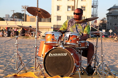 Mike is a plumber. Once a month he comes to Venice Beach to bang on his drums while gazing at the setting sun. He is lit by the evening sun of Venice while his sound reverberates.  マイクは、配管工だ。 月に一度、夕日を見ながらドラムを叩きに来るらしい。 ヴェニスの夕陽に照らされ、彼のサウンドが響き渡る。