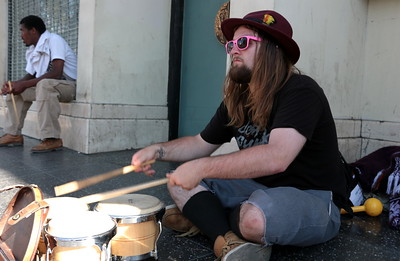 "River plays the bongos on Hollywood Blvd. He is a street performer.  I asked him: ""What scares you?"" He said: ""Fear itself.""  ハリウッド大通りでボンゴを叩いているリバー。 彼はストリートミュージシャンだ。 彼に尋ねてみた。  「何が怖い?」 「恐れ自体」"