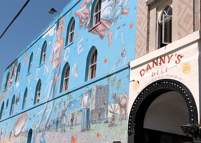 "This is the popular Venice Beach restaurant, ""Danny's"". I really like this huge blue-toned mural on the side of the building and really think it fits the free-and-easy feeling of Venice Beach.  ヴェニス・ビーチにある有名なレストラン「ダニーズ」。青を基調とした壁画は、ヴェニスの自由な空気感とマッチしていて、とっても好き。"