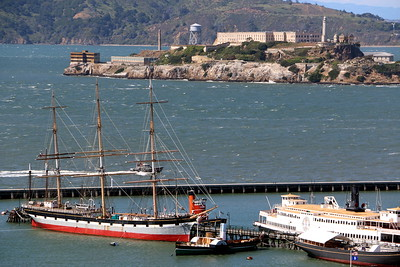 "What you see beyond that ship and ferry is Alcatraz Island. It used to be a prison and is now part of the Golden Gate National Recreation Area.  One movie I love, ""Escape from Alcatraz"" was filmed there and is based on an actual prison break which happened there.  船の先に見えるアルカトラズ島。かつて監獄だったこの島は、今では観光名所となっている。  大好きな映画「アルカトラズからの脱出」は、ここで起きた実際の事件を基に描かれている。"
