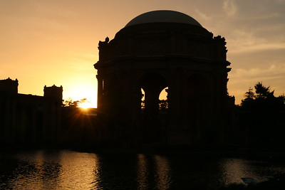 The Palace of Fine Arts. It was built as a symbol of San Francisco's recovery from the horrific 1906 earthquake and to commemorate the opening of the Panama Canal. Seeing the silhouette of this building in the setting sun left me at a loss for words.   パレス・オブ・ファインアーツ 1906年の大地震の復興とパナマ運河の開通を記念し建設された。夕陽に照らされたシルエットに、僕は言葉を失った。