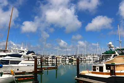 Sausalito Yacht Harbor..... Puffy clouds...glassy waters...gently moving boats. It was just as if I were looking at a painting.   サウサリートのヨットハーバー。 大きな雲。静かな水面。かすかに揺れるヨット。 まるで、絵画を観ているようだ。