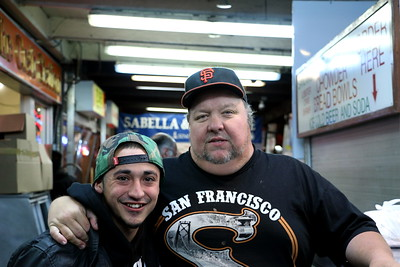 """I met Aaron (on the left) at Fisherman's Wharf. I forgot the other gentleman's name, but he said """"Their clam chowder is creamy and the most delicious!"""" and that left an impression on me.  フィッシャーマンズワーフで出会ったアーロ ン(向かって左)。もう一人の名前は忘れたけど、「あそこのクラムチャウダーはクリー ミーで一番美味しい!」と言っていたのが印象的だ。"""